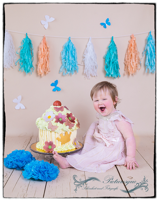 Cake-Smash Fotoshooting mit großer Torte